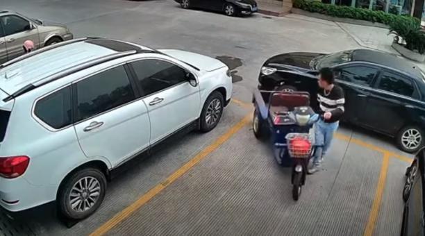 Un joven fue bautizado como 'Hulk' en redes sociales, después de que levantara y moviera un auto que bloqueaba su mototriciclo en un estacionamiento. Foto: Captura de pantalla