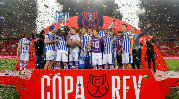 Los jugadores de la Real Sociedad posan con el trofeo tras su victoria ante el Athletic Club, al término de la final de la Copa del Rey de fútbol disputada este sábado en el estadio de La Cartuja, en Sevilla. EFE