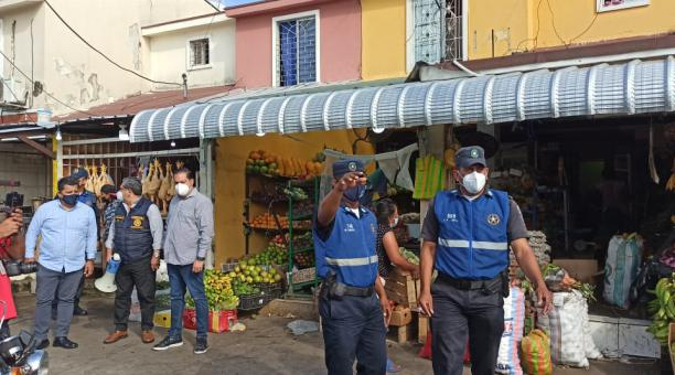 La Dirección de Justicia y Vigilancia del Municipio de Guayaquil y el Cuerpo de Agentes de Control Metropolitano intensificaron los operativos de control de aglomeraciones en esta semana. Foto: Municipio de Guayaquil