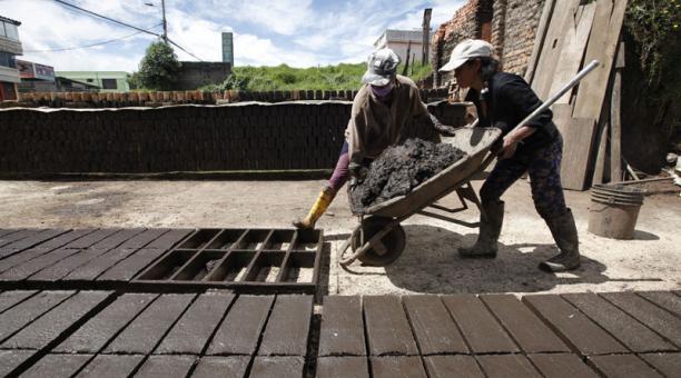 Las mujeres en Quito trabajan en el oficio tradicional de las ladrilleras. Foto: Patricio Terán/ EL COMERCIO