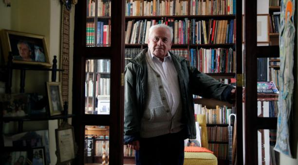 El poeta ecuatoriano Julio Pazos, en la puerta de la biblioteca de su casa, en Quito. Foto: Patricio Terán / EL COMERCIO