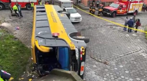 Tres personas fallecieron por el volcamiento de un bus escolar en San Bartolo, sur de Quito. Foto: Twitter Bomberos Quito