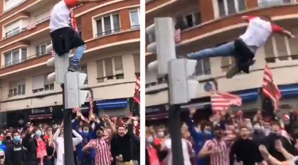 El momento de la frustrada caída de un hincha, sobre un grupo de aficionados de un equipo de fútbol, fue difundido en redes sociales. Foto: Captura de pantalla