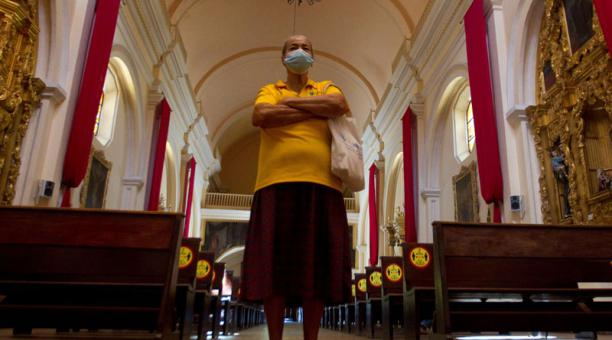 Una mujer visita la Catedral San Miguel Arcángel este Viernes Santo, en Tegucigalpa (Honduras). EFE