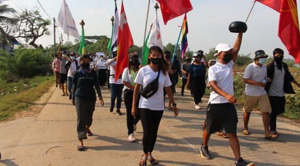 Estudiantes universitarios, ingenieros y profesores junto con otros manifestantes marchan contra el golpe militar en Dawei, Myanmar el 4 de abril de 2021 en esta imagen obtenida de las redes sociales.