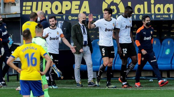 Los jugadores del Valencia abandonan el terreno de juego, durante el partido de Liga en Primera División ante el Cádiz que disputan este domingo en el estadio Ramón de Carranza. Foto: EFE
