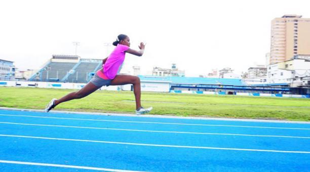 La atleta ecuatoriana Kiara Rodríguez en una práctica en la pista sintética Emilio Estrada Ycaza en Guayaquil. Foto: Secretaría del Deporte