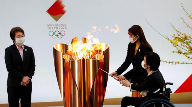 La presidenta de los Juegos Olímpicos de Tokio, Seiko Hashimoto, observa como la actriz Satomi Ishihara y la paralímpica Aki Taguchi encienden el pebetero ceremonial en Naraha, Japón, el 25 de marzo de 2021. Foto: Reuters
