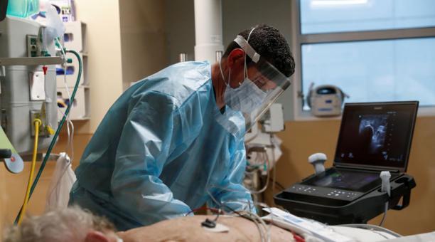 Un terapeuta trabaja con un paciente con covid-19 en UCI de Sarasota Memorial Hospital, en Estados Unidos. Foto: REUTERS