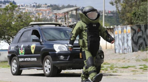 El personal se entrena en el polígono de tiro del Grupo de Intervención y Rescate (GIR), en Quito. Foto: Vicente Costales / EL COMERCIO