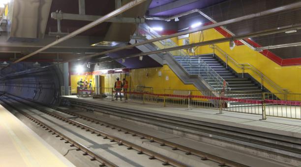 La estación San Francisco (Centro Histórico) tiene amplias escaleras fijas y eléctricas para la gente. Foto: Vicente Costales / EL COMERCIO