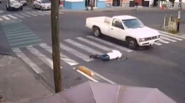Las personas tropiezan y cae en la calle en Puebla, México. Foto: Captura