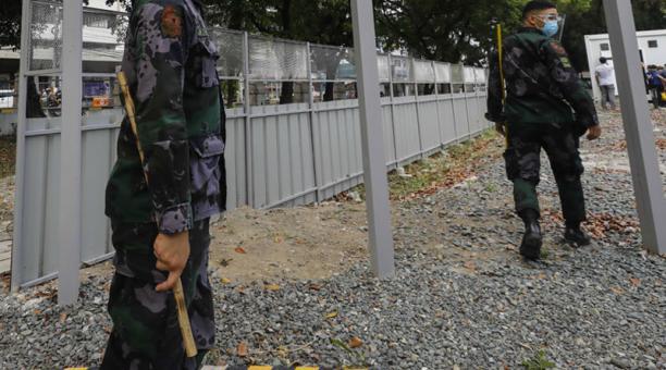 Las autoridades investigan a un grupo de agentes de la Policía de Filipinas por la muerte de un joven, al que obligaron a hacer sentadillas por violar el toque de queda dictado por la pandemia. Foto: EFE