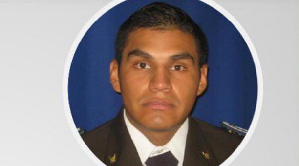 En medio del operativo, uno de los sospechosos disparó en contra del agente, quien falleció minutos después.