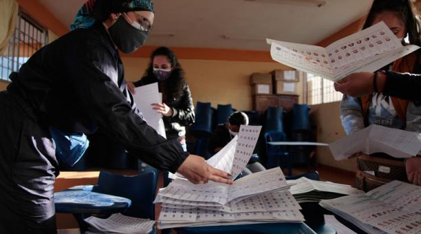 Imagen referencial. Cierre del proceso de votaciones presidenciales en la Unidad Educativa Primicias de la Cultura de Quito, durante la primera vuelta electoral. Foto: Archivo EL COMERCIO