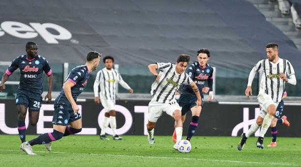 Paulo Dybala (C), de Juventus, en acción durante el partido de fútbol de la Serie A italiana Juventus FC vs Nápoli en el Allianz Stadium de Turín, Italia, 07 de abril de 2021. (Italia, Estados Unidos). Foto: EFE.