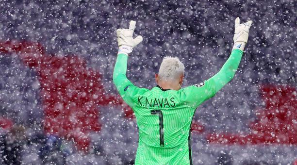 El arquero costarricense del PSG, Keylor Navas, celebra en medio de la caída de nieve tras el triunfo de su equipo ante el Bayern Munich en el Allianz Arena. Foto: Reuters