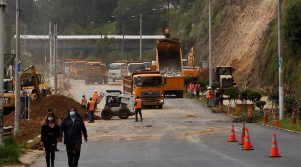 En la primera fase del talud en la autopista General Rumiñahui se construyó una berma en la mitad de la ladera. Ahora se trabajará en una segunda etapa de intervención en la que se instalará una geomalla reforzada con anclajes. Foto: Diego Pallero / EL CO