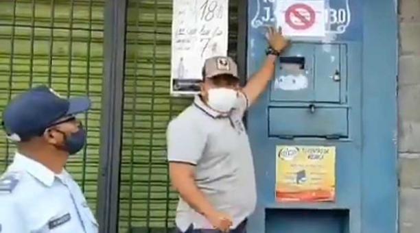 En un video se observa al Alcalde venezolano fuera de la vivienda mientras señala un cartel rodeado de policías. Foto: captura