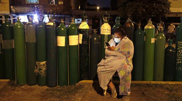 Una persona espera para conseguir oxígeno, en Lima (Perú). Foto: EFE