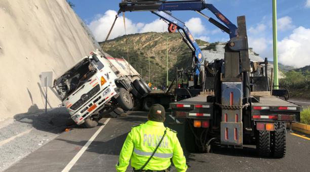 El operativo para remover a una volqueta accidentada causó congestión en la vía Collas, que conecta a Quito con el Aeropuerto Mariscal Sucre. Foto: Diego Pallero/ EL COMERCIO