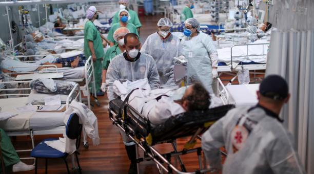 Un paciente que padece la enfermedad de coronavirus (covid-19) es transportado a un hospital de campaña instalado en el gimnasio deportivo Dell'Antonia en Santo Andre, en las afueras de Sao Paulo, Brasil, el 7 de abril de 2021. Foto: Reuters