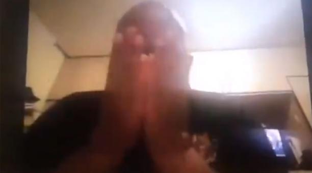 En el video, Ndevu se cubre su rostro con sus manos y se disculpa ante los presentes. Foto: Captura