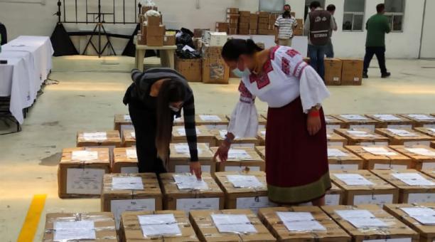 Los vocales de la junta provincial electoral del CNE revisaron los kits técnicos que serán enviados a los recintos electorales. Foto cortesía CNE