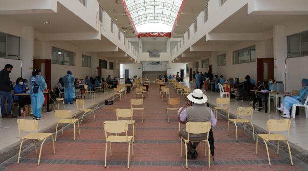 Este 8 de abril del 2021, con un día de retraso, se desarrolló la vacunación en Quito. Los adultos mayores, que el miércoles 7 de abril hicieron largas filas, sin lograr acceder a la vacuna, acudieron este jueves a los colegios Central Técnico y Dillon, y
