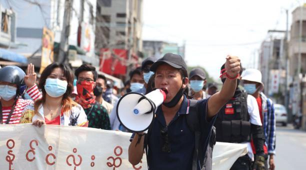 Los manifestantes en Birmania han sido reprimidos con violencia, durante las protestas por el golpe militar. Foto: EFE