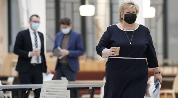 La Primera Ministra noruega fue multada y deberá pagar más de USD 23 000 por violar sus propias restricciones contra el covid-19, al asistir a una fiesta. Foto: EFE