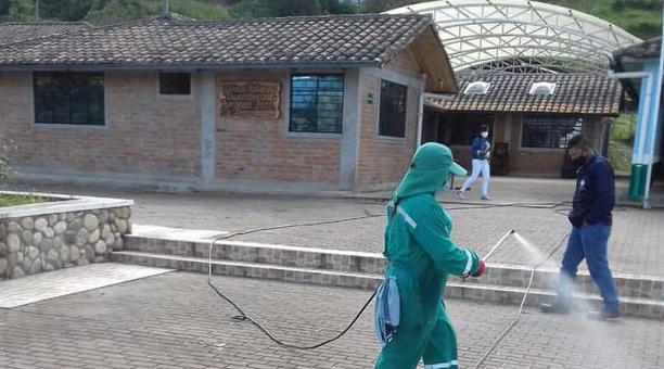 Trabajadores del Municipio de Ibarra empezaron este 9 de abril de 2021 con la desinfección de los recintos electorales del cantón. Foto: cortesía  Municipio de Ibarra