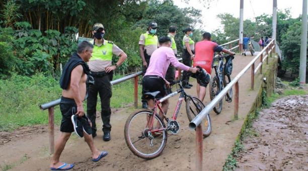 169 controles se ejecutaron en Santo Domingo entre el martes y jueves último. Agentes despejaron a personas que se concentraron en varios barrios. Foto: cortesía.