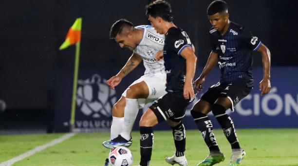Lorenzo Favelli (c) de Independiente del Valle disputa el balón con Cesar Pinares de Gremio el 9 de abril del 2021. Foto: EFE