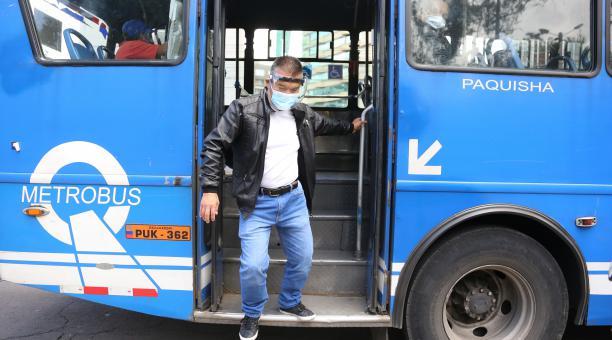 Patricio Cevallos, de 67 años, tomará transporte público para movilizarse hasta su recinto electoral, mañana. Foto: Vicente Costales/ EL COMERCIO