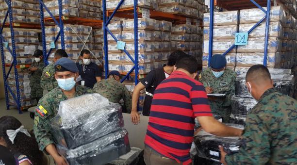 Ayer se realizó el reparto de los kits electorales en Guayas. Militares custodiaron los materiales en esa provincia. Foto: Cortesía.