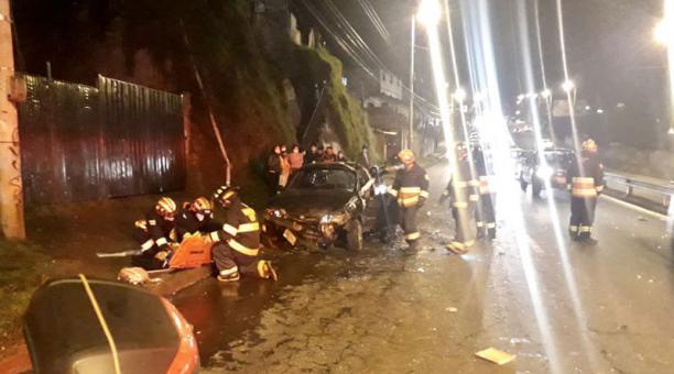 Tres personas resultaron heridas en el volcamiento del vehículo particular. Foto: Tomada de la cuenta Twitter Bomberos Quito