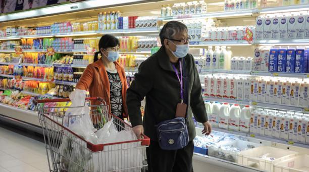 La gente compra en un supermercado en Beijing, China, 09 de abril de 2021. Foto: EFE