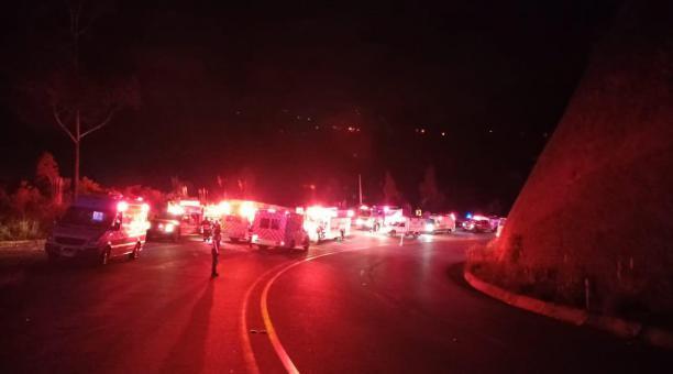 Unidades de emergencia del Cuerpo de Bomberos de Quito, Quijos y Chaco realizan labores de rescate en el kilómetro 7 de la vía Pifo - Papallacta. Foto cortesía: Cuerpo de Bomberos de Quito