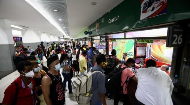 Gran presencia de viajeros se registra la mañana de este sábado 10 de abril del 2021 en la Terminal Terrestre matriz de Guayaquil. Foto: Enrique Pesantes/ EL COMERCIO