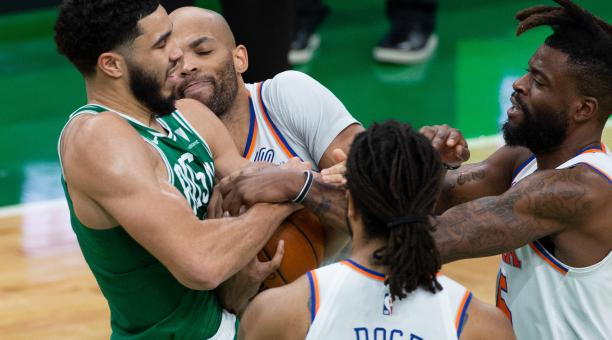 Jayson Tatum, a la izquierda, entró a la historia de los Celtics. Foto: EFE