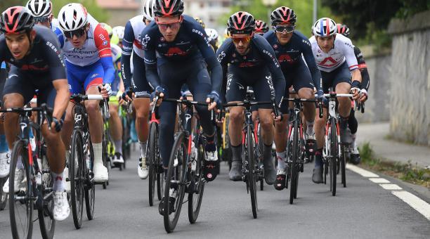 El pelotón de ciclistas, con Richard Carapaz, miembro del equipo Ineos. Foto: Twitter @IneosGrenadiers