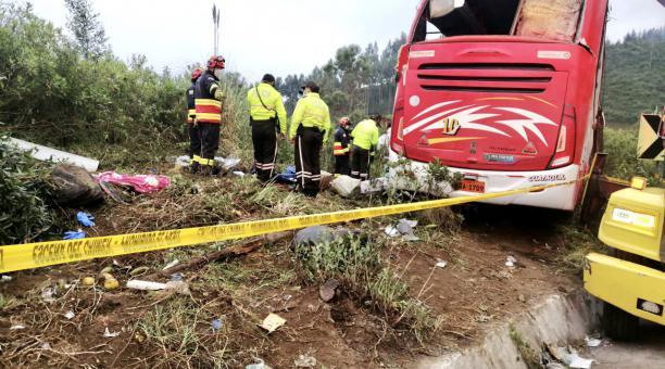 Bomberos y Policía Nacional cercaron la zona del accidente del bus interprovincial de la cooperativa Putumayo. Foto: Twitter Bomberos Quito