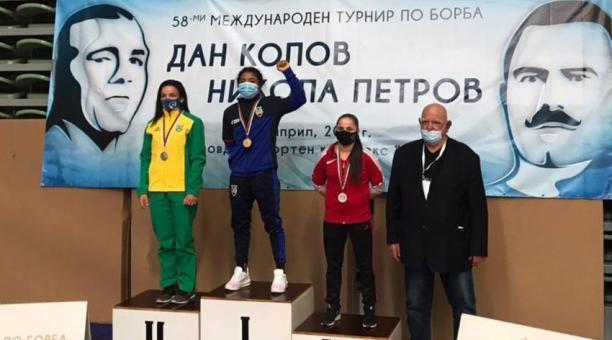 Lucía Yépez en lo más alto del podio en el torneo de Bulgaria. Foto: Comité Olímpico Ecuatoriano