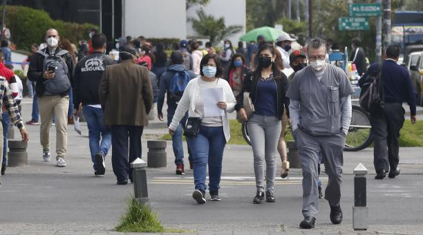 Aglomeración de ciudadanos en la avenida Amazonas, en el centro norte de Quito. Foto: Diego Pallero/EL COMERCIO