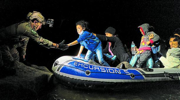 Menores inmigrantes esperan a ser transportados por la patrulla fronteriza de Estados Unidos, después de cruzar el río Bravo. Foto: Reuters
