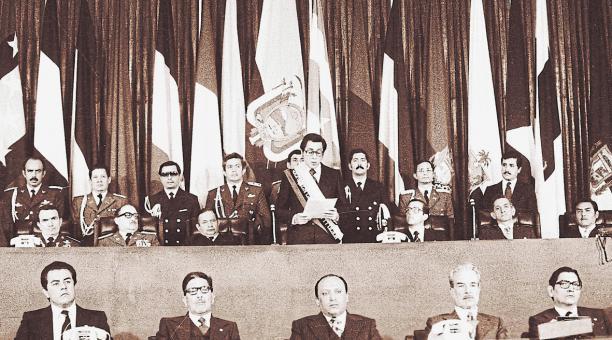 Jaime Roldós (centro) y Osvaldo Hurtado se posesionaron en el Congreso Nacional el 10 de agosto de 1979. Asistió el triunvirato militar. Foto: Archivo/EL COMERCIO