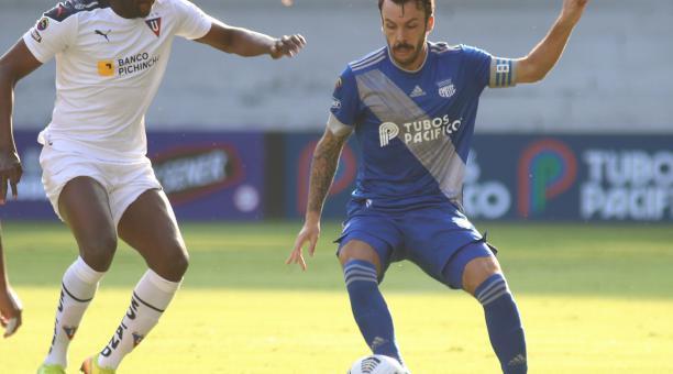 Sebastián Rodríguez disputa el balón con Cristian Martínez. Foto: Twitter @CSEmelec