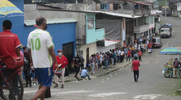 La fila de usuarios se extiende a lo largo de la avenida Clemencia de Mora, en los exteriores del Registro Civil en Santo Domingo este 10 de abril del 2021. Foto: El Comercio
