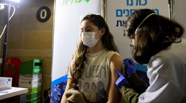 Una joven recibe una vacuna contra el COVID-19 en un centro sanitario temporario en un estadio en Jerusalén, Israel, 4 de febrero de 2021.